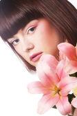 Portrét krásné ženy s pink lily květina — Stock fotografie