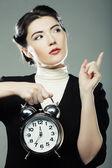 La mujer de negocios con un reloj de alarma — Foto de Stock
