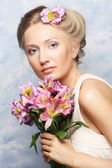 Kvinna med rosa blommor — Stockfoto