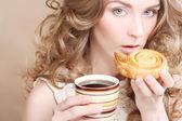 Kvinna med kaffe och kakor — Stockfoto