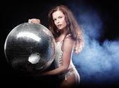Tänzerin mädchen im rauch mit discokugel — Stockfoto