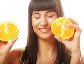 Kobieta z pomarańczy w jej ręce — Zdjęcie stockowe