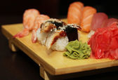 Sushi servido na tábua de madeira — Fotografia Stock