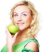 молодые счастливы улыбается женщина с яблоком — Стоковое фото