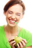 счастливый улыбается женщина с яблоком и соломинку коктейль — Стоковое фото