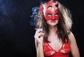 暗闇の中で女性の喫煙 — ストック写真