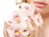 Bella donna con orchidea rosa — Foto Stock