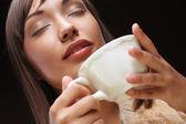 Donna con un caffè aromatico — Foto Stock