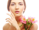 Bella donna con fiori rosa — Foto Stock