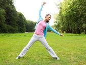 Yeşil park fitness kadın — Stok fotoğraf