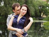 Feliz chico joven con novia — Foto de Stock