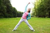 Mulher de fitness no parque verde — Foto Stock