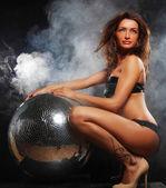 Kız disko topu ile duman — Stok fotoğraf