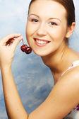 Donna con ciliegie — Foto Stock