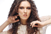 красавица с длинными вьющимися волосами — Стоковое фото