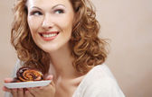 Mujer riendo con pastel — Foto de Stock