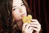 Skönhet flicka med cookie — Stockfoto
