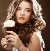 Ragazza con bicchiere di crema di caffè witn — Foto Stock