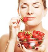 Mulher feliz com morango — Foto Stock