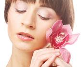 Vacker kvinna med rosa blommor — Stockfoto