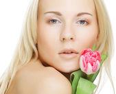 Menina loira com tulipa — Fotografia Stock