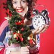 Woman holding clock and the tree — Stockfoto