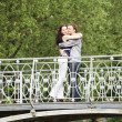 Couple walking on a bridge — Stockfoto