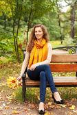 Jeune femme élégante avec des feuilles d'automne — Photo