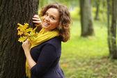 Mujer moda caminando en el parque otoño — Foto de Stock