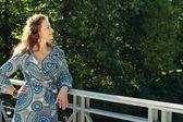 Mujer moda otoño parque — Foto de Stock