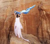 Morena con vestido blanco con tela azul — Foto de Stock