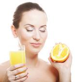 オレンジ ジュースを飲む女性 — ストック写真