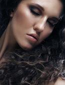 Piękna kobieta z długie kręcone włosy — Zdjęcie stockowe