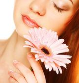 Hermosa joven con la flor de gerber — Foto de Stock