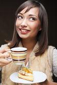 Atrakcyjna kobieta z kawa i deser — Zdjęcie stockowe