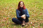 Joven mujer bonita relajante en el parque otoño — Foto de Stock