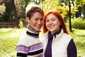 две красивые девушки, прогулки в осенний парк — Стоковое фото