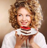 Jeune femme avec un gâteau — Photo