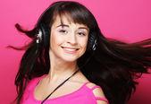 Bella mujer con auriculares — Foto de Stock