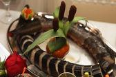 Gastronomie Tisch voller appetitlich Lebensmittel — Stockfoto