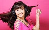 Krásná žena se sluchátky — Stock fotografie