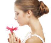 Mulher jovem e bonita com flor de gerber — Foto Stock