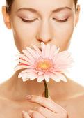 Mujer joven con la flor de gerber — Foto de Stock