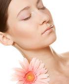 Giovane donna con fiore di gerber — Foto Stock