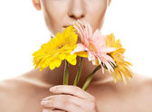Mladá žena s květem gerber — Stock fotografie