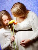 Donna incinta con la figlia — Foto Stock