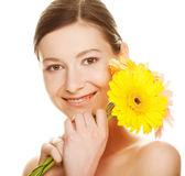 Jovem mulher com flor de gerber — Foto Stock