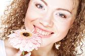 Mulher com rosa gerber — Foto Stock