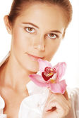 красивая женщина холдинг розовый цветок — Стоковое фото