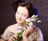 Giovane donna con fiore — Foto Stock